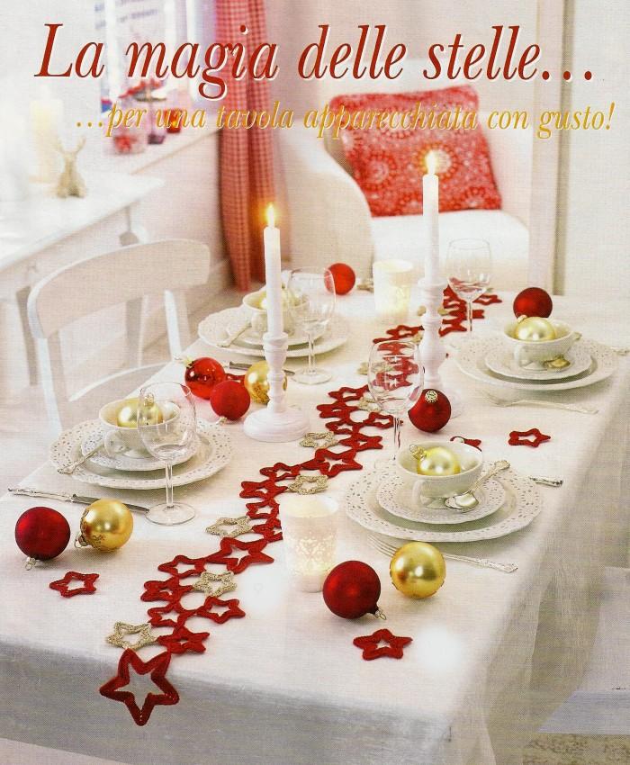 Tavola natalizia decorata con motivi a uncinetto